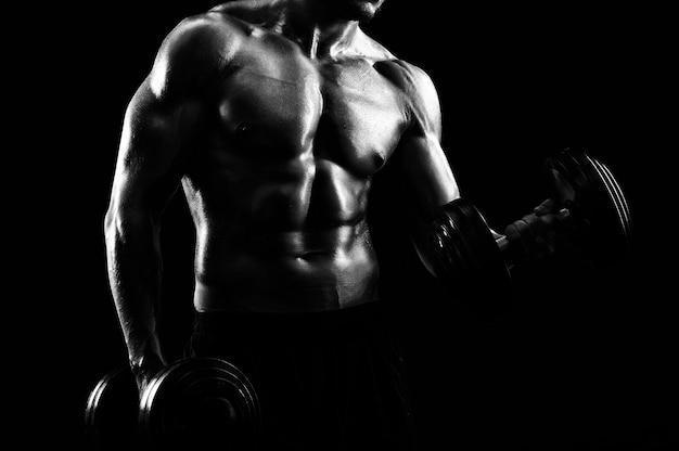 운동 선수 찢어진 젊은 스포츠맨의 흑백 샷