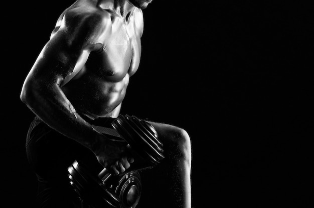アスレチック破れた若いスポーツマンのモノクロショット