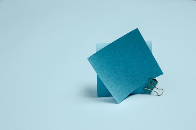 Монохромная стильная композиция синего цвета.