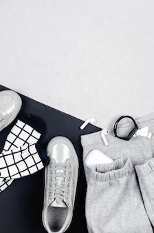 Монохромный летний женский фон с аксессуарами