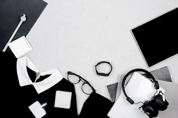 オフィススタイルに設定されたモノクロの女性の服