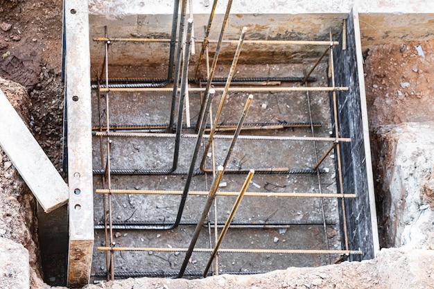 모 놀리 식 기초 거푸집 공사. 주거용 건물의 지하실을 위한 수직 거푸집 구조물을 형성합니다. 모 놀리 식 콘크리트 기초. 재단을 지원합니다. 주택 건설.