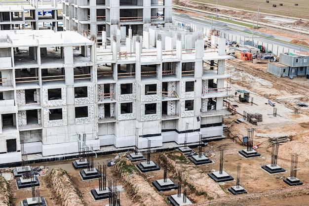 建物のモノリシックフレーム構造。コンクリートの固い壁。壁のフレームワーク。コンクリート製壁の型枠。建設現場をクローズアップ。