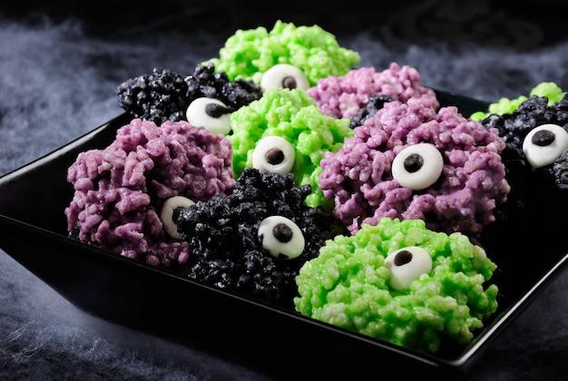 Шарики для глаз монстра - сделанные из зефира рисовые криспи кусаются хрустящими шариками. это вкусно, радует жутким монстром и веселыми цветами хэллоуина.