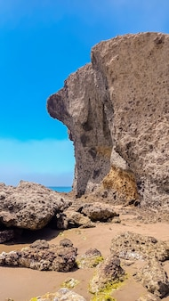 カボデガタ自然公園のモンスルビーチ、それを取り巻く侵食された溶岩層、細かい砂と透き通った水