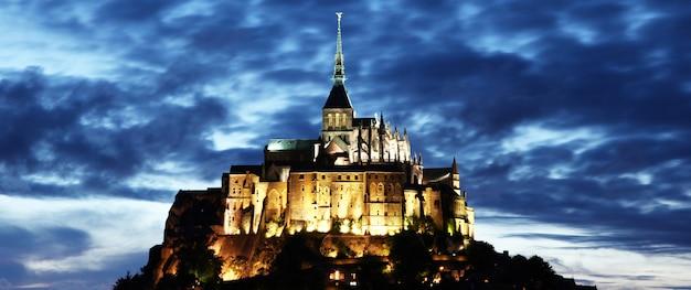 夜のモンサンミシェル修道院
