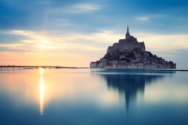 日没時のモンサンミシェル、フランス、ヨーロッパ。