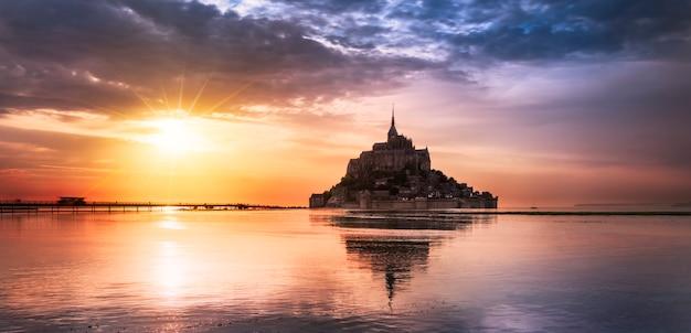 日没、フランスのモンサンミシェル