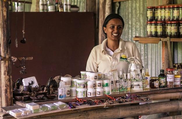 モンタナレドンダ、ドミニカ共和国2019年12月27日:ドミニカの農場で買い物