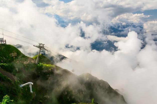구름 속 소치 산의 몬탄 초원과 케이블카