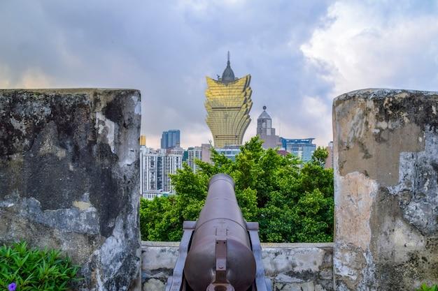 몬테 요새는 오늘날 현대 카지노를 목표로 하는 포르투갈인에 의해 건설되었습니다.