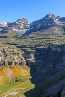 Монте-пердидо, чилиндро-де-марборе и водопад кола-де-кабальо в национальном парке ордеса-монте-пердидо. концепция известных мест в природе