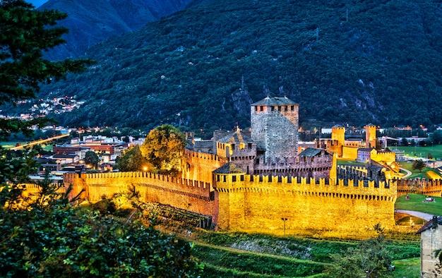 Замки монтебелло и кастельгранде в беллинцоне в швейцарии