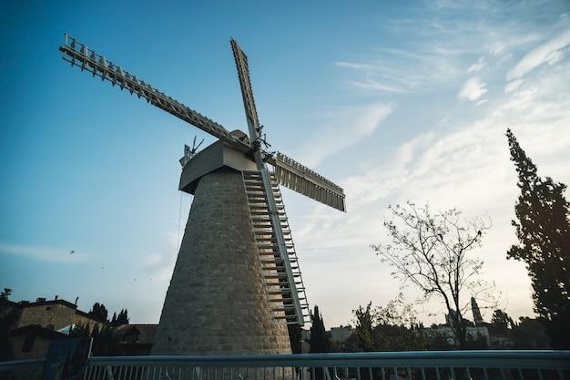 Туристическая достопримечательность ветряной мельницы монтефиоре в районе иерусалима йемина моше во второй половине дня.