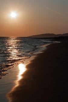 日没時の夕暮れ時のモンテネグロは、明るい黄金色の光を放っていました。人のいない澄んだ空。
