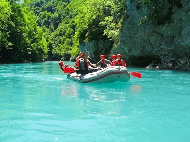 몬테네그로 북부의 montenegro river tara 래프팅 대회 통과