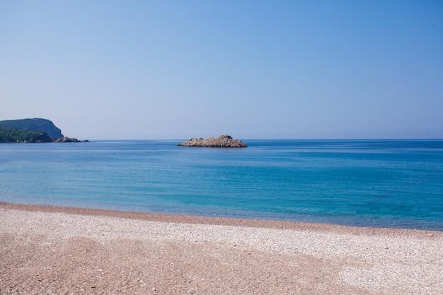 Черногорское побережье, курорт бечичи, вид с пляжа