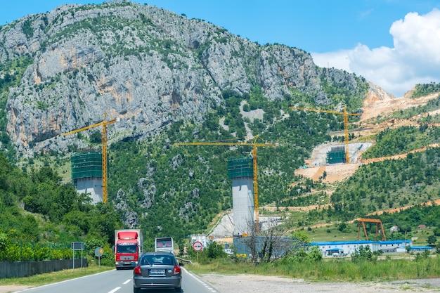 Черногория. рабочие занимаются строительством железобетонных опор.