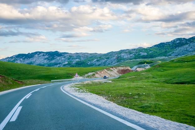 モンテネグロ、ジャブリャク。観光客はモンテネグロの山道を車で移動します。