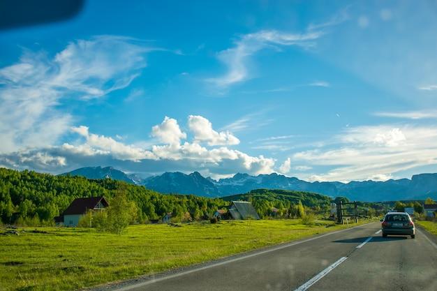 몬테네그로 zabljak 관광객은 자동차로 몬테네그로의 산악 도로를 여행합니다.