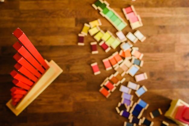 Материал монтессори с красной башней и цветными диаграммами.