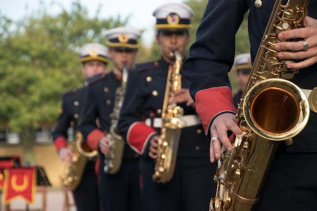 Монтевидео, уругвай, 11 июня, 2017 г .; группа саксофонистов из оркестра высшей военной школы.