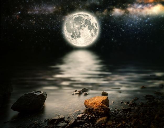 배경 별 하늘에 달은 바다에 반영됩니다. nasa에서 제공한 이 이미지의 요소