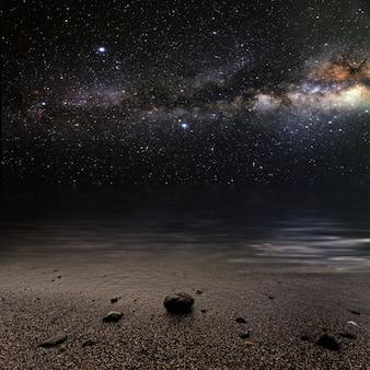 Месяц на фоне звездного неба отражается в море. элементы этого изображения предоставлены наса