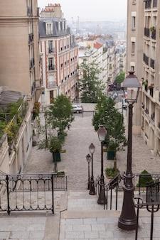 프랑스 파리의 몽마르뜨 계단과 가로등