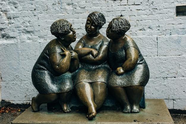 Монреаль квебек канада les chuchoteuses - бронзовая скульптура, изображающая трех женщин, полностью поглощенных беседой.