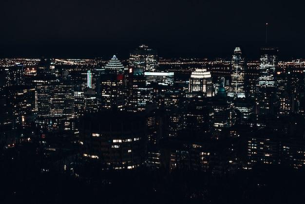 Горизонт монреаля в сумерках ночью, канада - декабрь 2019.
