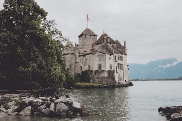 Монтрё, швейцария - 2 июля 2017: прекрасный вид на знаменитый замок шильонский замок и женевское озеро