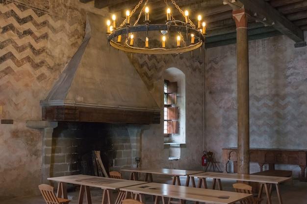 Монтрё, швейцария - 2 июля 2017: интерьер знаменитого замка шильонский замок
