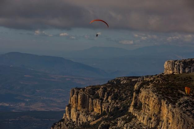 Montsec、リェイダ、ピレネー、スペインでパラグライダー