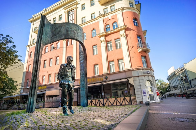 Monument to bulat okudzhava on the arbat in moscow on a summer morning