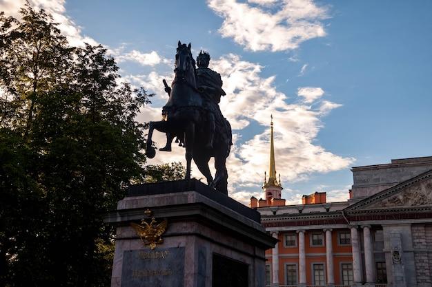 Памятник императору петру великому на фоне михайловского замка