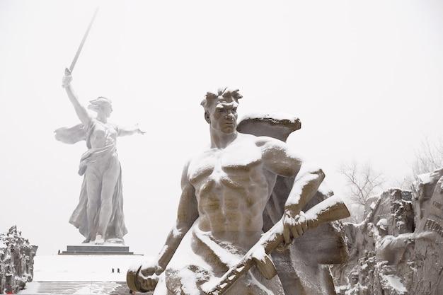 Фрагмент памятника «на шаг назад» на мамаевом кургане в городе волгограде зимой под снегом.
