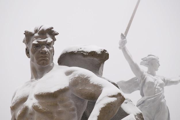 눈 아래 겨울철 볼고그라드시에있는 mamayev kurgan의 기념비 조각