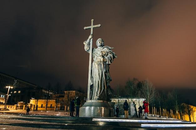 Monument to holy prince vladimir the great on borovitskaya square near the kremlin
