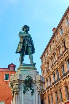 Памятник в честь итальянского драматурга и либреттиста карло гольдони в венеции, италия