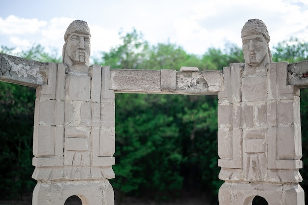 モルドバで円の彫刻を作る手をつないでいる男性の記念碑