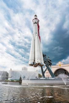 Памятник российской космической ракете восток на фоне неба с облаками