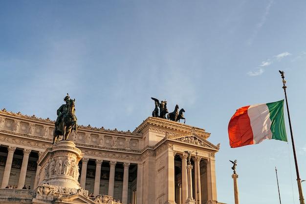 Памятник витторио эмануэле ii, альтаре делла патрия, на площади венеции в риме, италия.