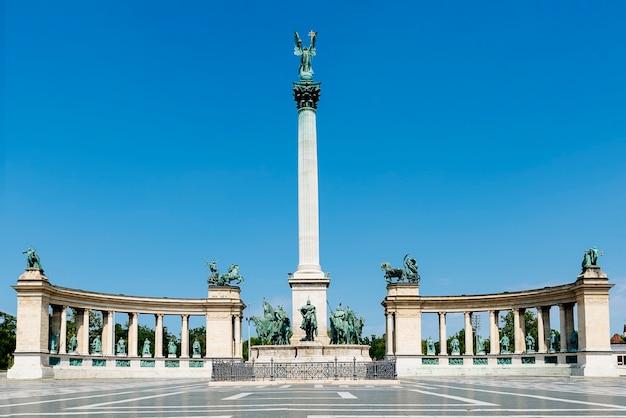 ハンガリー、ブダペストの英雄広場の記念碑。