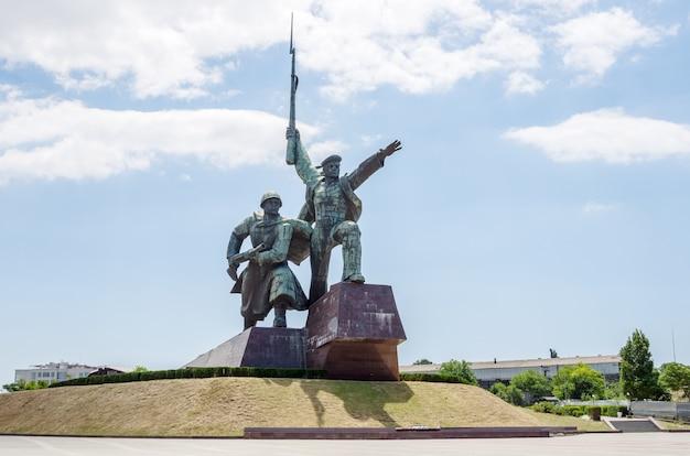 黒海沿岸のセヴァストポリにある記念碑の兵士と船員