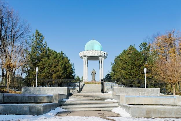 タシケントのアリッシャーナヴォイ公園にあるアリッシャーナヴォイの記念碑