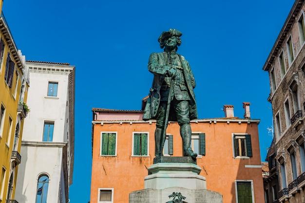 イタリア、ベニスのカルロ・ゴルドーニの記念碑。