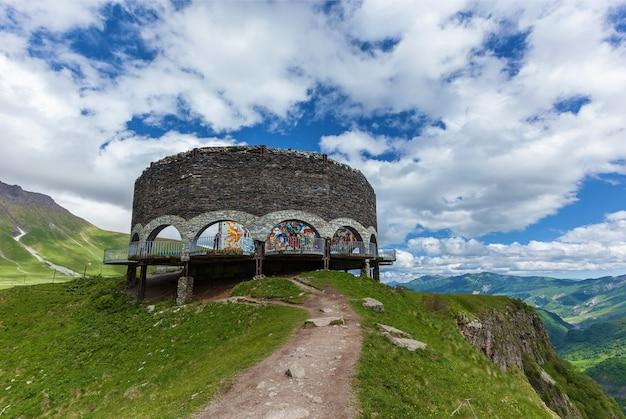 Памятник дружбы между странами грузии и россии построен в 1983 году в честь празднования