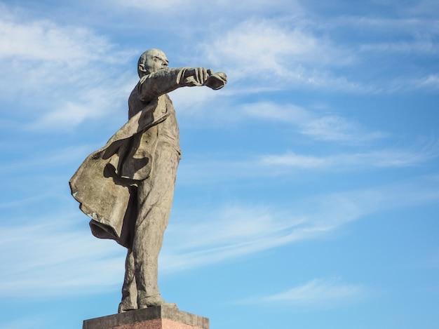 Памятник ленину в санкт-петербурге на голубом небе. россия. санкт-петербург