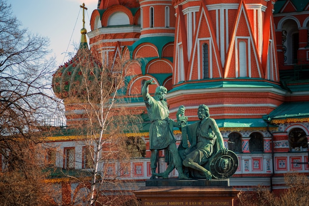 Памятник минину и пожарскому собором василия блаженного в москве, россия.
